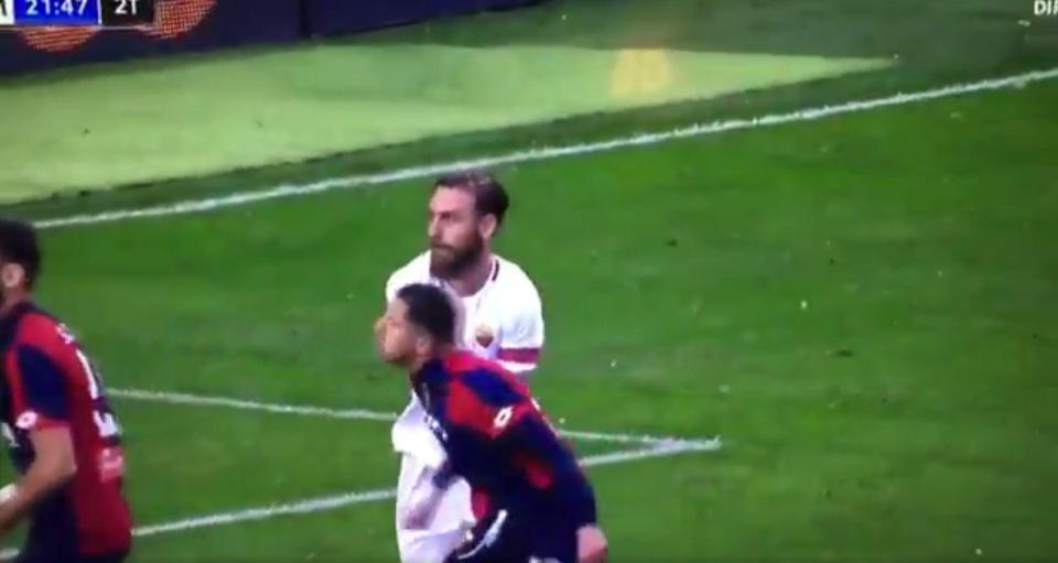Đội trưởng Roma tát đối thủ vêu mặt